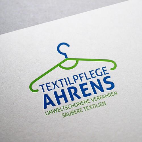 Textilpfleger, der in einem umweltschonenden Verfahren Kleidung reinigt.